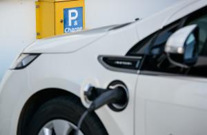 Eletro Auto in der Garage Bei Veröffentlichung des Bildmaterials ist als Bildnachweis © RUB, Foto: Schirdewahn zu nennen. .