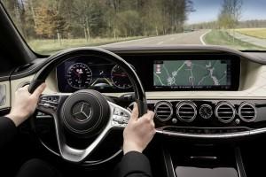 Mercedes-Benz Intelligent Drive in der neuen S-Klasse Streckenbasierte GeschwindigkeitsanpassungBei eingeschaltetem Aktivem Abstands-Assistent DISTRONIC wird die Fahrgeschwindigkeit auf vorausliegende Streckenereignisse wie Kurven, T-Kreuzungen, Kreisverkehre und Mautstationen sowie Ausfahrten und zum Abbiegen angepasst. Der vorausliegende Streckenabschnitt wird dann in Abhaengigkeit vom gewaehlten Fahrprogramm kraftstoffsparend, komfortabel oder dynamisch durchfahren. Danach beschleunigt dasFahrzeug wieder auf die Setzgeschwindigkeit. ; Mercedes-Benz Intelligent Drive in the new S-Class Route Based Speed AdjustmentIf Active Distance-Assist DISTRONIC is turned on, the speed will be adjusted automatically to route events ahead such as curves, T-crossings, roundabouts or toll booths as well as exits and turns. The vehicle will pass the route section ahead depending on the selected driving program, either fuel effi ciently, comfortably or dynamically and then resume the preset speed.;
