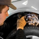 Prüfung der Stoßdämpfer beim Reifenwechsel