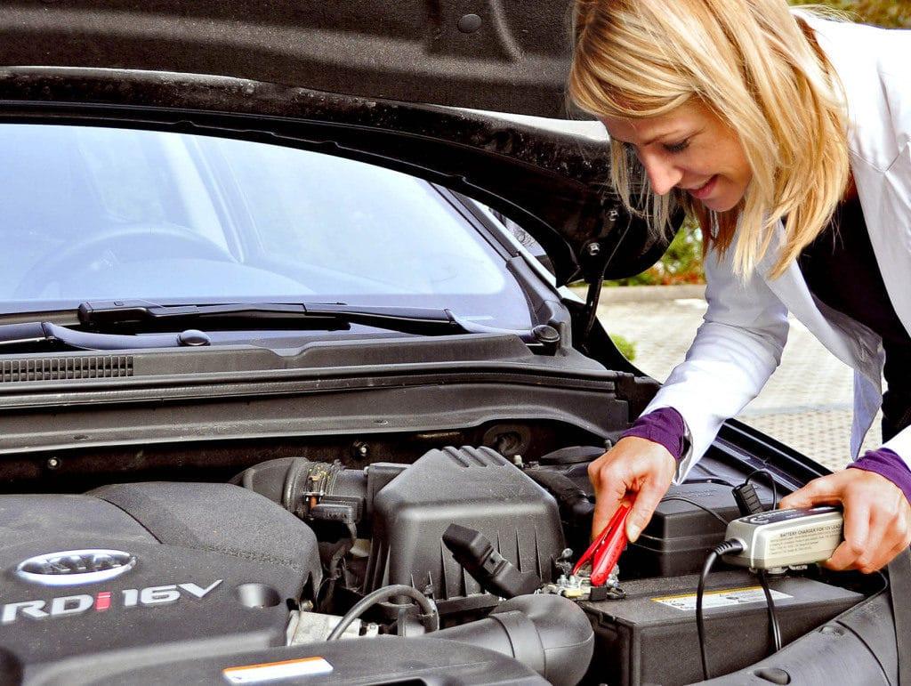 Einsatz des Ladegerätes: Volle Ladung erhält die Lebensdauer der Autobatterie.