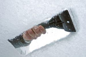 wintercheck: Die Scheiben müssen komplett frei sein. Das schreibt die Straßenverkehrsordnung vor.