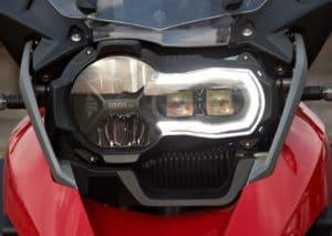 Licht ist Pflicht auch am Tag bei Motorradfahrern. LED-Tagfahrleuchten sind hier üblich.