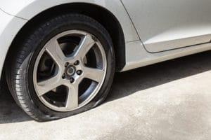 Reifenpanne: Was tun bei einem platten Reifen?