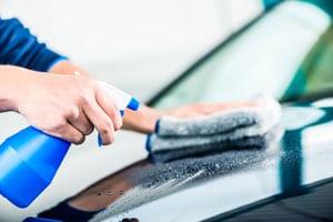 Auto mit Silikonreiniger entfetten |autoreparaturen.de