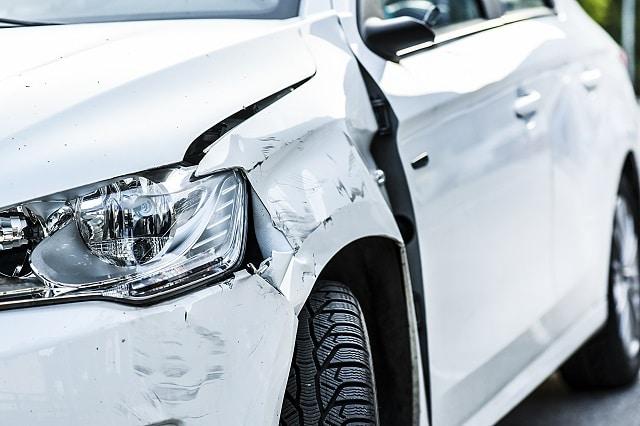 Auto mit Unfall an Scheinwerfer | autoreparaturen.de