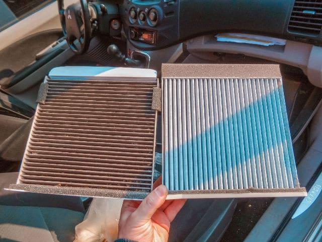 Direkter Vergleich eines sauberen Innenraumfilters neben einem verbrauchten