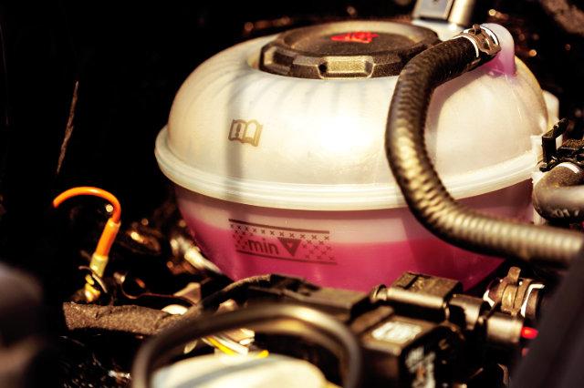 optimaler-fuellstand-des-kuehlwassers-im-auto